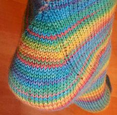 Meine Quicky Toe- Up Socken werden auf eine einfache, ganz NEUE Art und Weise gestrickt. Die Spitze ist den Zehen angepasst und bei der Ferse wird über vier Nadeln mit Zu-und Abnahmen gearbeitet.