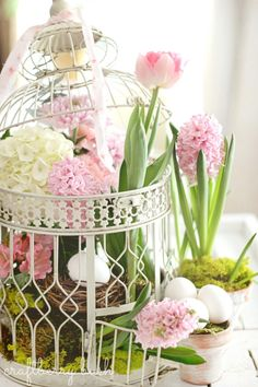 Spring centerpiece in bird cage with tulips and Hyacinths Spring Home, Early Spring, Easter Parade, Bird Cages, Spring Has Sprung, Deco Table, Spring Flowers, Easter Flowers, Spring Bouquet