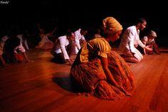 O espetáculo faz uma leitura dos ritmos folclóricos brasileiros, com música dos quatro cantos do Brasil, reunindo 40 pessoas entre dançarinos e ritmistas