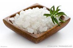 """Il sale è uno degli ingredienti più utilizzati nelle nostre cucine, ma forse non tutti sanno che, ha molte altre proprietà, oltre a quella più """"famosa"""" di condire i cibi.Il Sale, infatti, ha moltissime funzioni benefiche, come quella di antinfiammatorio, antibatterico, disintossicante e add..."""