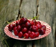 There are snacks that can boost metabolism, fight hunger and add healthy nutrition to your diet. Here you will find 39 low-calorie snacks that are also incredibly healthy at the same time! Cherries: This fruit. Tart Cherry Juice, Cherry Fruit, Fresh Fruit, Cherry Desserts, Canned Cherries, Sweet Cherries, Tart Cherries, Bing Cherries, Cherry Crumble