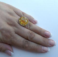 Ring Ø 20 mm mit eingegossener Blüte. Der Ring ist aus versilbertem Metall und in der Größe verstellbar. In verschiedenen Variationen erhältlich. Nickelfrei. Hand made. --------------------------------------------------------------------------------- Bitte Lieferzeit beachten! Wird erst bei der Bestellung gefertigt, daher längere Lieferzeit! ---------------------------------------------------------------------------------
