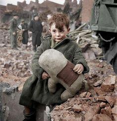 Un niño junto a su peluche luego de los bombardeos alemanes en Londres, 1945. Las fotos en blanco y negro a veces nos hacen pensar que el pasado no tenía color, pero el ingenio de algunas personas con sus ordenadores, les han dado color para poder ver la historia de otra forma, y esta foto es una de ellas.