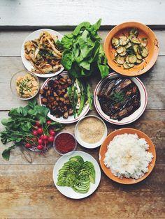 Siri Barje aka Olive Hummer har lagat mat hela sitt liv. Hon är utbildad kock vid Grythyttans Restaurangskola. 2010 startade hon bloggen och lite senare Instagramkontot Olive Hummer. Ibland kan du se henne på Tv4 där hon så klart lagar mat. Hennes kokbok kommer ut hösten 2016. Den här bloggen handlar om riktig mat. Inga jäkla dieter, detox eller dåligt-samvete juicer. Utan mer om hur du får till rolig, god och enkel mat. När Siri lagar mat är det med mycket grönsaker. Mycket grillat…