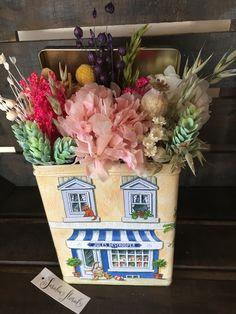 Caja de lata con flores