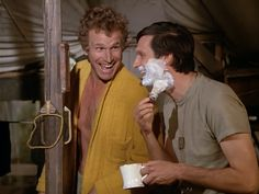 Vintage shave pic of the day goes to Hawkeye and Trapper on M*A*S*H aka Alan Ada and Wayne Rodgers (RIP) Best Tv Shows, Best Shows Ever, Favorite Tv Shows, Alan Alda Mash, Wayne Rogers, Mash 4077, Shaved Hair Cuts, Hogans Heroes, History Of Television