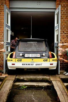 Tight fit for this Renault 5 Turbo AWE Fahrzeugmuseum Eisenach Wartburg - Rallye Fotoshooting Renault 5 Turbo, Renault Sport, Retro Cars, Vintage Cars, Sport Cars, Race Cars, Gt Turbo, Rally Car, Amazing Cars