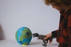 Celebra el Día de la Tierra - AEIOUTURURU | Talleres creativos para peques Globe, Paper Table, Paper Scraps, Trees And Shrubs, Earth Day, How To Build, Creativity, Speech Balloon