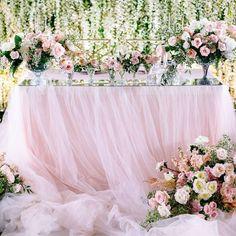 На сказочной свадьбе Ивана и Веры президиум молодожёнов украшала пудрово-розовая пышная скатерть из фатина Организато