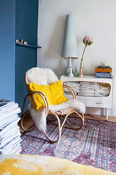 Bold colours in the fab Amsterdam apartment of Brechtje Troost. Inside out.