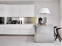 Una cocina de Elmar, en blanco y aluminio y con armarios sin tiradores.