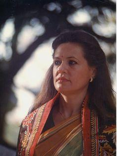 Sonia Gandhi,wife of Rajiv Gandhi ,at Santiniketan History Of India, History Photos, Rajiv Gandhi, Sonia Gandhi, Indira Gandhi, Sagittarius Women, Desi Clothes, Gorgeous Women, Beautiful