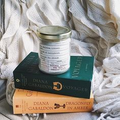 OUTLANDER? :heavy_check_mark:Book scented candle? :heavy_check_mark:Cozy factor :heavy_check_mark: [Regram @catebutler] #bookstagram #monday #fallreading #outlander #dianagabaldon #voyager #dragonflyinamber #cozy