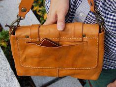 The Clay Look: Yellowish Tan Leather Handbag from Japan, with a useful side pocket #leatherbag #leatherhandbag #leathersatchel 背面にもポケットが付きます。定期入れなども肩に掛けながらスムーズに取り出し出来ます。