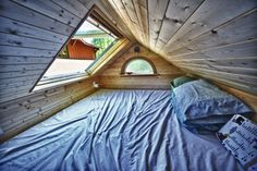 Love this sleeping loft. I WANT the skylight over our bed in our Tiny House!  Would be so great!!