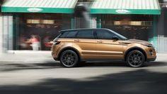 metallic zanzibar range rover evoque in dynamic uitvoering met black pack accessoires snel rijdend langs café