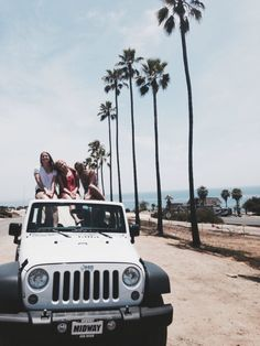 best friends, a jeep, and the beach 🏖🌴legit or what! My Dream Car, Dream Cars, Dream Life, Photo Ocean, Power Yoga, Photo Summer, White Jeep, Videos Instagram, Foto Fashion