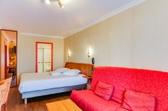 Chambre quadruple vue sur mer :  Un grand lit (ou 2 lits sur demande) et 2 fauteuils ou 1 canapé 2 places qui se déplient.     N'hésitez pas à nous signaler votre préférence pour :  -le lit principal  -les canapés  -l'étage