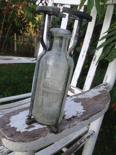 Bouteille d'acide et sa cage pour extincteur vintage en cuivre - 35$