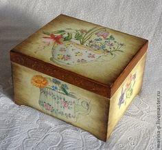 Шкатулка для чайных пакетиков. Шкатулка деревянная в технике декупаж.Имеет четыре отделения для чайных пакетиков.Покрыта матовым акриловым лаком.