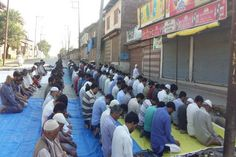 Rangreth residents offer Asr prayers on road to protest Kashmir killings