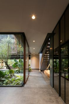 cour intérieure baies vitrées Currently, the concept of contemporary buildings have been benefiting Dream Home Design, Modern House Design, Modern Tropical House, Modern Houses, Japanese Modern House, Glass House Design, Tropical House Design, Green House Design, Modern Home Interior Design