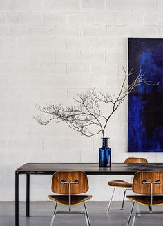 The finish on the chairs and the deep dark blue. From hviit.blogspot.no.