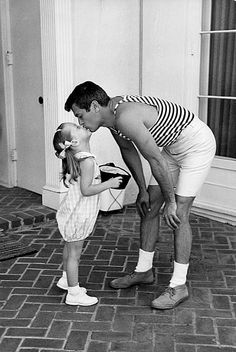 Tony Curtis at his home in Beverly Hills KISSing with daughter Jamie Lee Curtis, _____________________________ Reposted by Dr. Veronica Lee, DNP (Depew/Buffalo, NY, US) Tony Curtis, Jamie Lee Curtis, Vintage Hollywood, Classic Hollywood, Beverly Hills, Cinema Tv, Janet Leigh, Old Movie Stars, Robert Burns