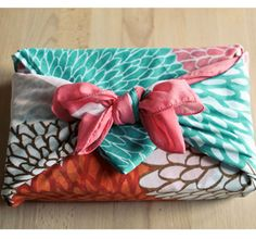 Furoshiki: Japanese technique that uses beautiful fabric, such a silk scarf to wrap gifts / http://www.elleadore.com/esprit-deco/atelier/idee-paquets-cadeau.php#