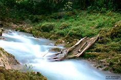El río Sachichaj nace en la comunidad del mismo nombre, en Cobán, Alta Verapaz. Los habitantes lo describen como la gruta donde nace el trueno pues su nombre en Q'eqchi' es Sa Kaak (Sa - dentro de; y Kaak - trueno).   A lo largo de su recorrido hay distintos balnearios que sobresalen por sus aguas turquesas y donde los visitantes pueden nadar. En la época de verano se puede acampar y apreciar los cultivos como los de cardamomo y café que rodean el balneario La Catarata, por ejemplo.