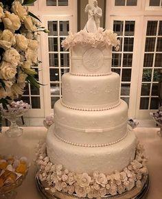 Burgundy Wedding Cake, White Wedding Cakes, Elegant Wedding Cakes, Wedding Cake Designs, Luxury Wedding Cake, Dream Wedding, Wedding Entrees, Desi Wedding Dresses, Wedding Cake Cookies