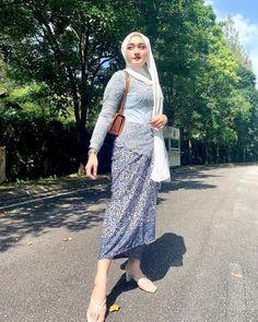 Beautiful Muslim Women, Beautiful Hijab, Hijab Chic, Girl Hijab, Blonde Beauty, Kebaya, Looking Stunning, Lace Skirt, Mom
