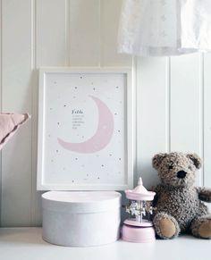 Fødselsplakat med rosa måne, navn og fødselsinfo! wendelborgdesign.no