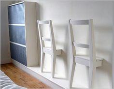 DIY idee: maak van twee stoelen leuke kledinghangers voor de slaapkamer.