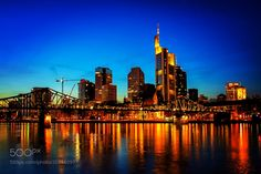 Frankfurt Skyline bei Nacht by leitnerkonrad from http://500px.com/photo/201480977 - . More on dokonow.com.