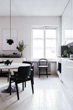 Domus-tuolit olivat aiemmin Kemiönsaaren vanhainkodissa ja ne oli somistettu kukin. Joona ja Sanni maalauttivat tuolit mustaksi. Kirpputorilta hankitulla ruokapöydällä komeilee Sannin ja Suvi Jaukkurin työ Love Origami.