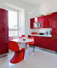 So many people ask me, what color is best for kitchens. It is a personal decision however there are some things you should know before starting your makeover. When trying to decide on a color to paint your kitchen cabinets,… Continue Reading → Kitchen Cabinets Decor, Cabinet Decor, Painting Kitchen Cabinets, Cute Kitchen, Red Kitchen, Kitchen Ideas, Beautiful Interior Design, Küchen Design, Modern Kitchen Design