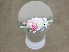 Ślubny grzebyk do włosów, wykonany z syntetycznych kwiatów w różowych odcieniach.  Do kupienia online w Madame Allure!