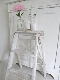 country-style ladder with decorations Shabby Chic Decor, Vintage Decor, Shelf Inspiration, Old Ladder, Interior Decorating, Interior Design, Scandi Style, Love Home, Cottage Homes