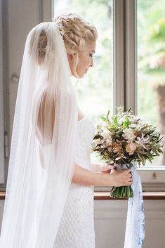 Bun hairstyles are popular wedding hairdos, and look good for different hair length. See our trendy collection of wedding bun hairstyles. Hairdo Wedding, Veil Hairstyles, Beach Wedding Hair, Wedding Hairstyles With Veil, Short Wedding Hair, Wedding Hair And Makeup, Trendy Wedding, Wedding Hair Updo With Veil, Updo Veil