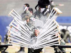 #P#2017年09月29日-韩国平泽为庆祝建军69周年特种兵表演空手劈砖摄影师Kim Hong-Ji 分享自@iWeekly周末画报