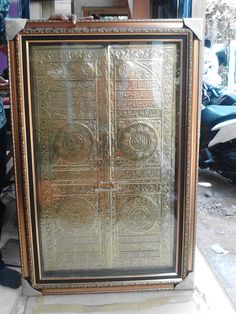 Nama Produk : Kaligrafi pintu kabah (ka'bah)  Bahan : Kuningan  Frame : Fiber  Ukuran tanpa frame : 100 x 60 cm (kurang lebih)  Kode : KK 02  Harga : Rp. 1.300.000