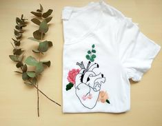 Hand Embroidered t-shirt ' flowers heart '/hand-embroidered ' flowers heart ' t-shirt on request-to personalize Hand Embroidery Designs, Diy Embroidery, Embroidery Stitches, Embroidery Patterns, Custom Clothes, Diy Clothes, T Shirt Flowers, Painted Clothes, Creation Couture