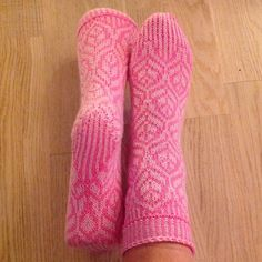Ravelry: liwes' Pink tulips Sock Knitting, Knitting Videos, Pink Socks, My Socks, Little Cotton Rabbits, Knitted Slippers, Pink Tulips, Pretty Patterns, Knitted Shawls