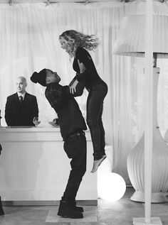 Jay Z Lovingly Throws Beyonce in the Air, Blue Ivy Supports Magna Carta World Tour: See the Family Moments Here! Beyonce Et Jay Z, Beyonce Knowles, Beyonce Style, Couple Style, Couple Goals, Destiny's Child, Celebrity Couples, Celebrity Weddings, Sweater Weather