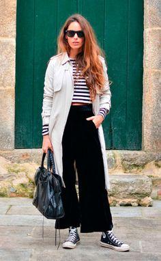Street style look com blusa listrada, sobretudo , converse e calça larga.