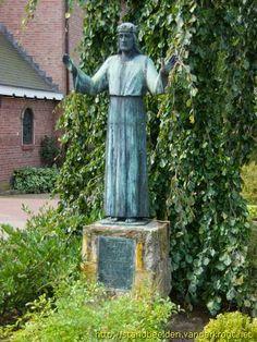 Beeld van Christus, voorplein St. Plechelmuskerk De Lutte