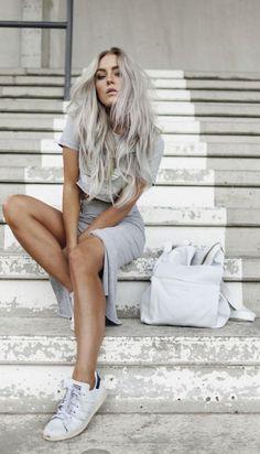 alltagsoutfit, graues t shirt, weiße tasche, lange graue lockige haare