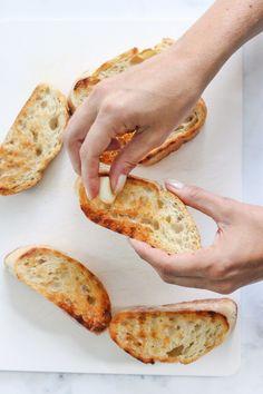Stap voor stap bruschetta's maken + 3 recepten - Leuke recepten Bruchetta, Food Porn, Pasta, Starters, Barbecue, Buffet, Sandwiches, Good Food, Food And Drink
