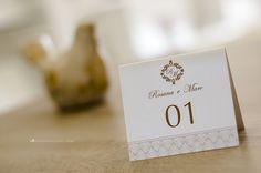 Identidade visual: marcadores de mesa personalizados.